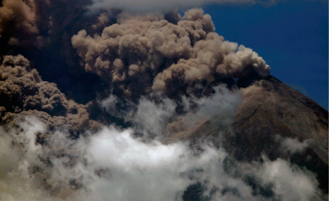 Thousands of Indonesians flee homes as volcano erupts