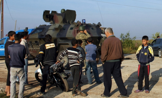 Syrian shell hits tractor in Turkey, two injured