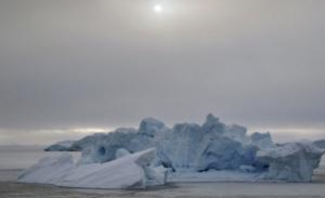 Warmer air caused ice shelf collapse off Antarctica