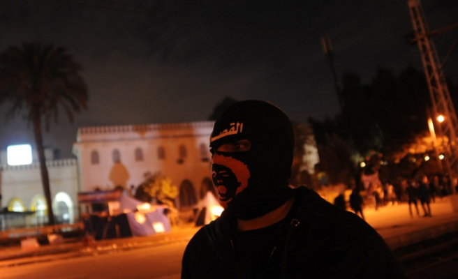 Egypt protesters throw petrol bombs at presidential palace / UPDATED