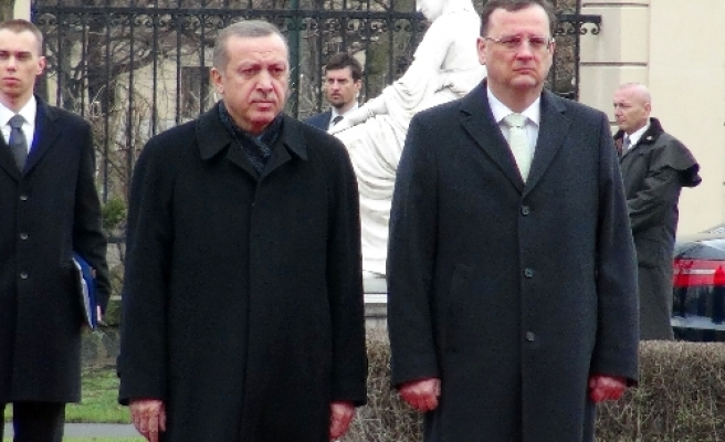 Turkish PM in Czech Republic for talks