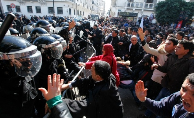 Tunisian police fire teargas in Gafsa to disperse protesters
