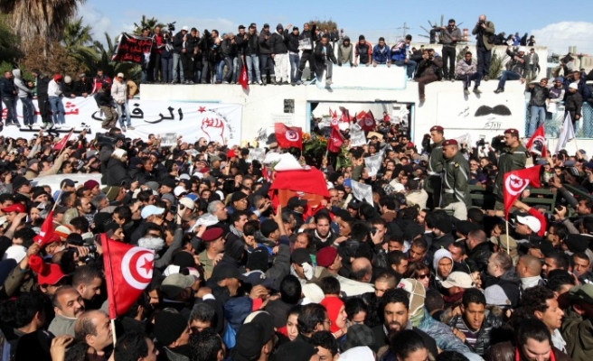 Tunisia protesters target Ennahda during funeral