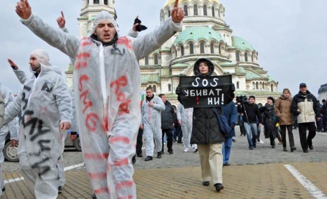 Bulgaria calls for early election amid protests