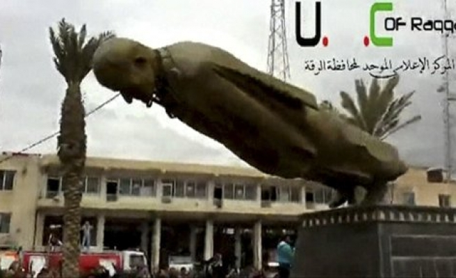 Statue of Assad's father toppled in rebel-captured Raqqa / VIDEO