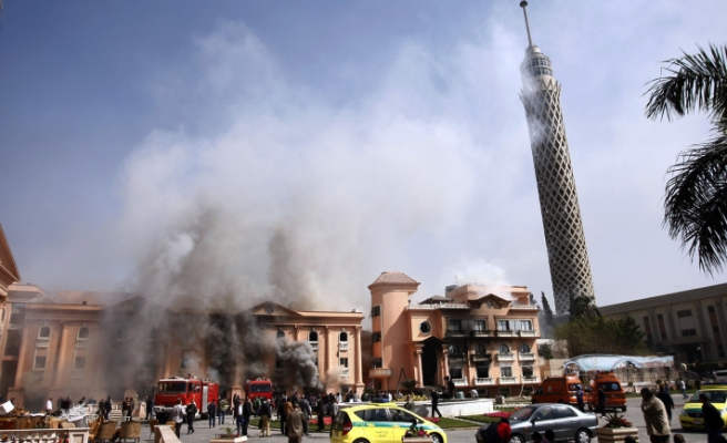 Egyptian protesters torch buildings in Cairo