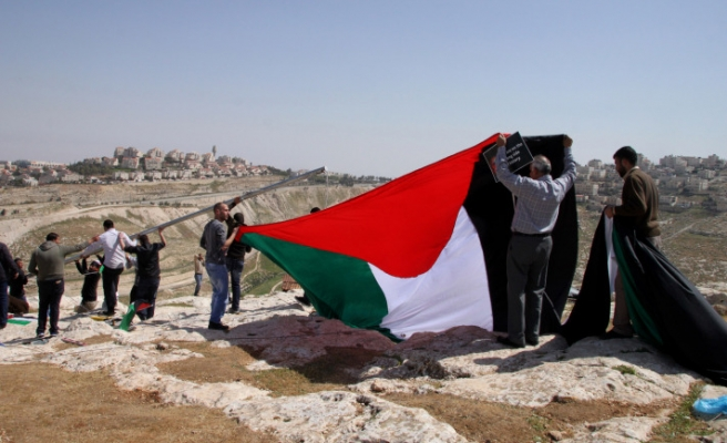 Palestinians erect tent to protest Obama