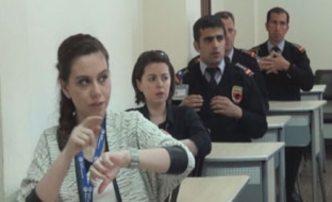 Airport staff learns sign language