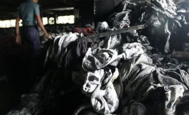 Bangladesh factory fire kills 8; collapse toll tops 900