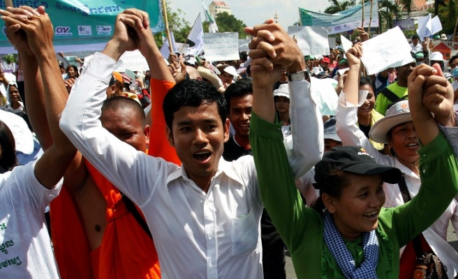 Thousands of Nike workers protest at Cambodian factory-VIDEO