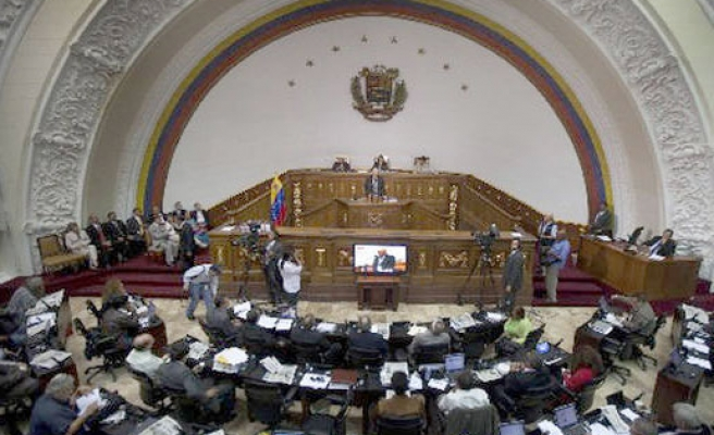 Venezuela vows crackdown on 'currency tourists'