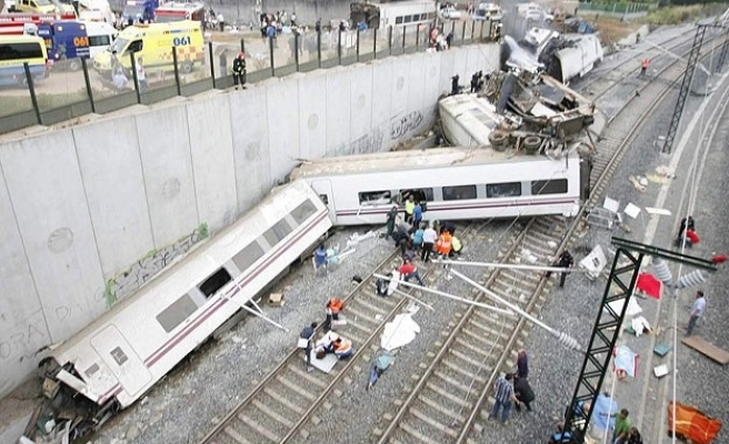 Security camera shows moment of train crash in Spain- VIDEO