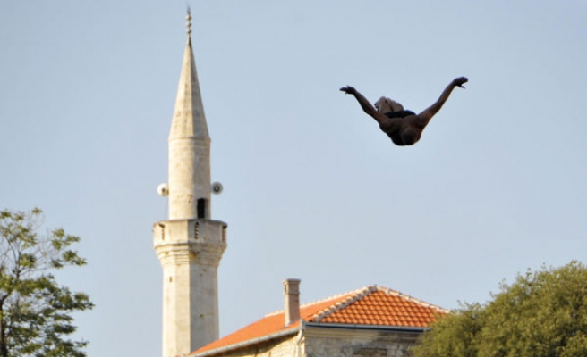 Traditional Mostar Bridge jumping event held for 447th time