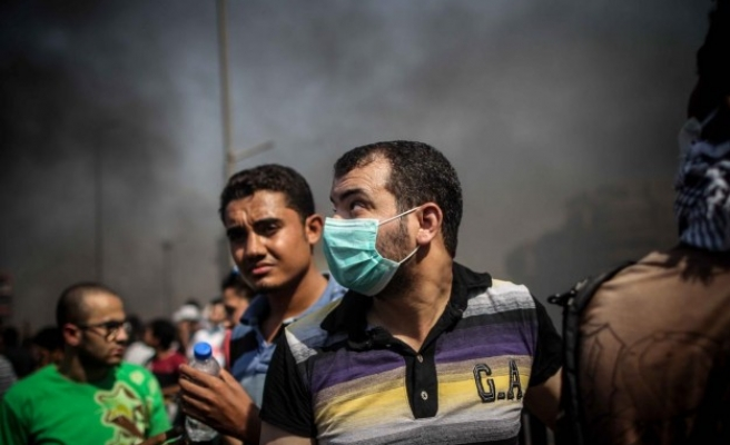 Rivals chant around besieged Cairo mosque