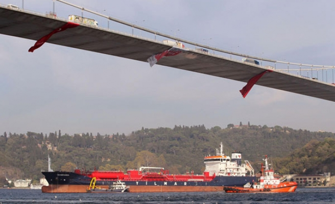 Dangerous oil tanker stand by in Istanbul's Bosporus