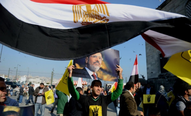 Turks and Egyptians protest against Morsi trial in Turkey