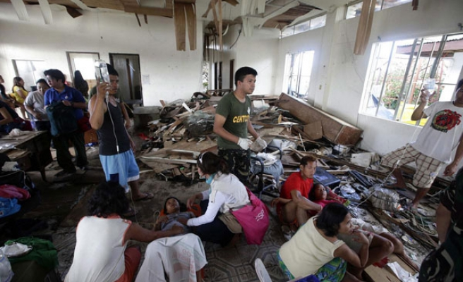 Patchy aid reaches typhoon survivors in Philippines
