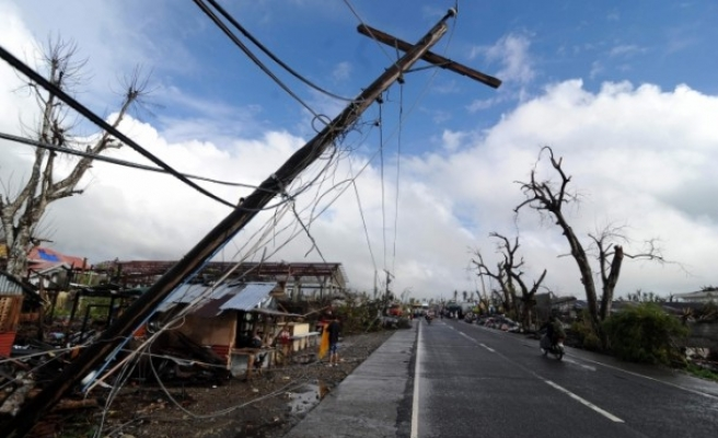 Thousands flee as typhoon batters east Philippines