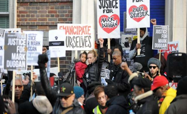Hundreds commemorate Duggan, spark of London riots