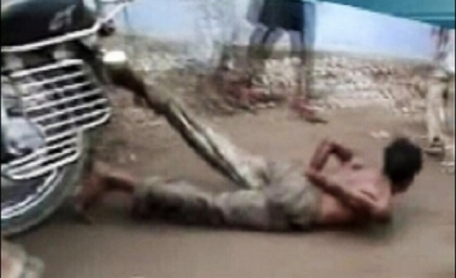 Indian police drag 'thief' by motorcycle VIDEO