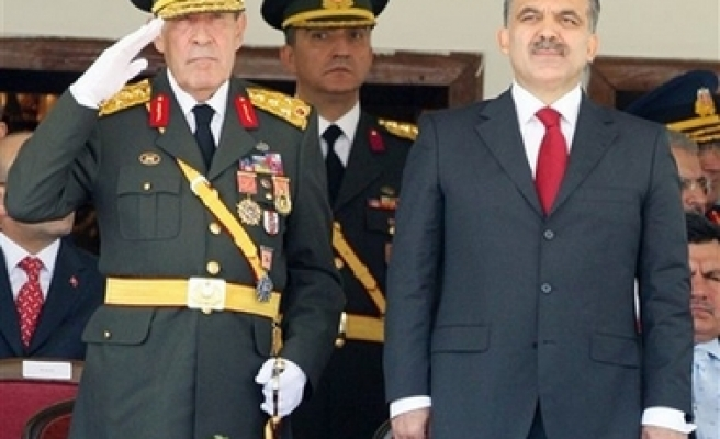 President Gül attends military parade 'without wife' / PHOTO