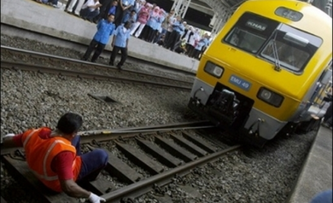 Malaysian drags train with teeth for record
