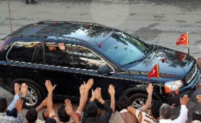 President Gül greeted with roses in eastern Turkish city