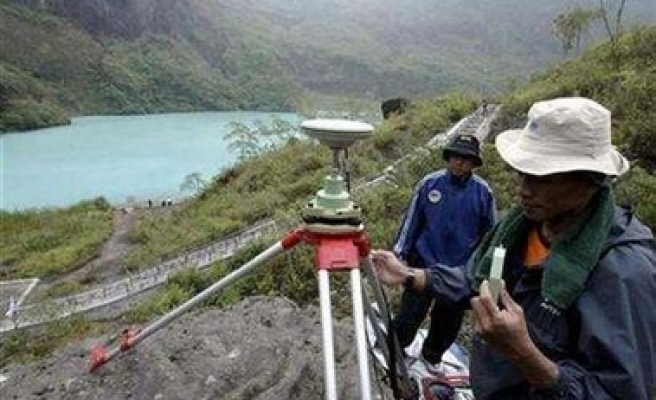 Rumbling volcano sparks panic in Indonesia