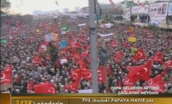 Thousands protest Pope's visit to Turkey