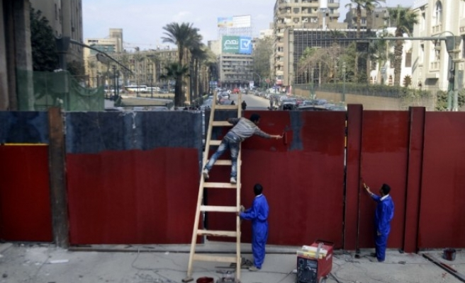 Egyptian army erect iron gate across key Cairo street