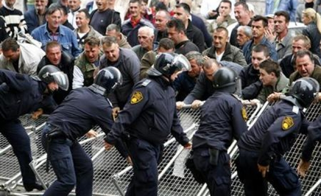 Police fire rubber bullets to disperse Bosnia protesters