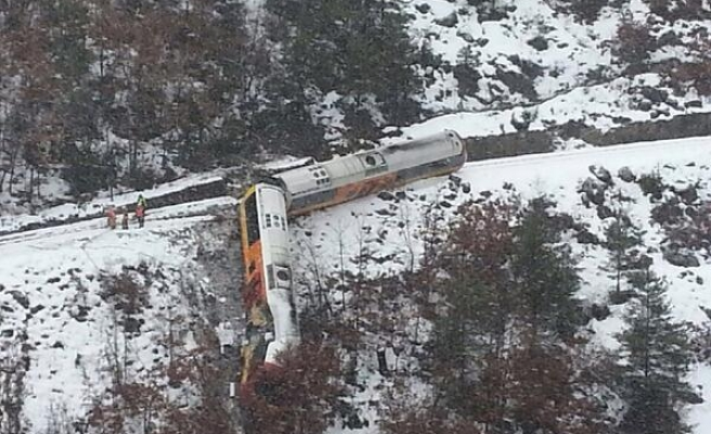 2 dead as train derails in French Alps