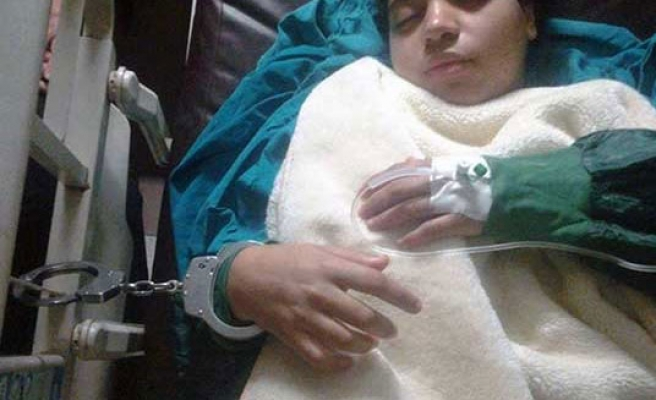 Arrested Egyptian girl gives birth while hundcuffed