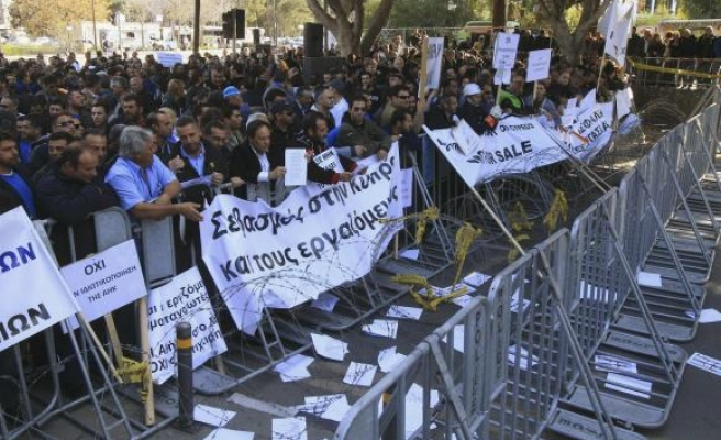 Greek Cyprus cabinet members resign as bailout deal fails