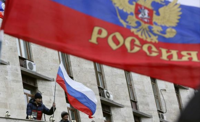 Activists replant Russian flag above Donetsk gov't HQ- UPDATED
