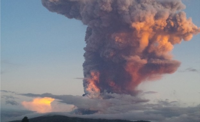 World's largest active volcano shows signs of life in Hawaii