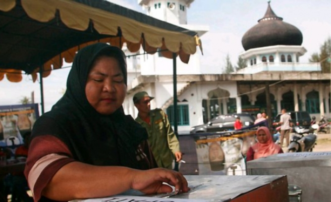 Indonesia election poll shows rise in Islamic party support