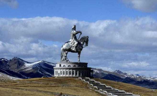 U.S. defence chief given horse during Mongolia visit