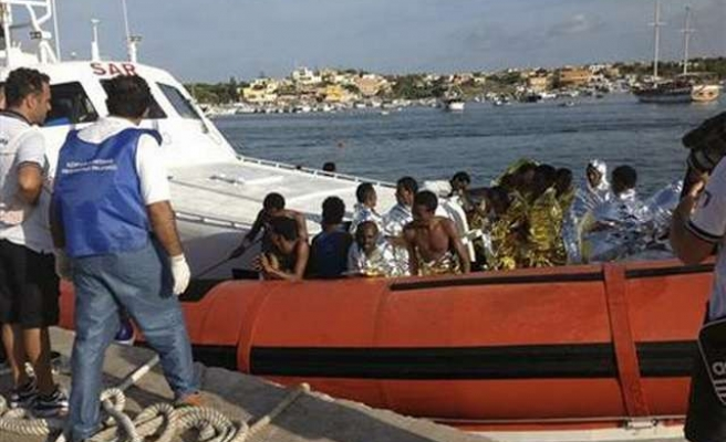 Almost 1,000 migrants arrive in Italy on packed cargo ship