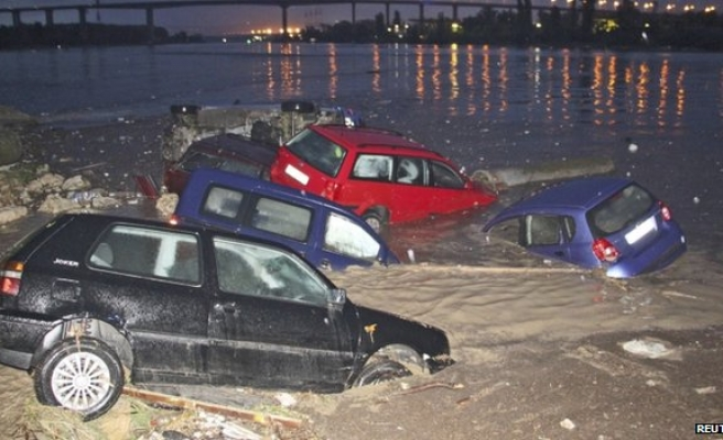 Bulgaria struggles with flood, begins to count cost