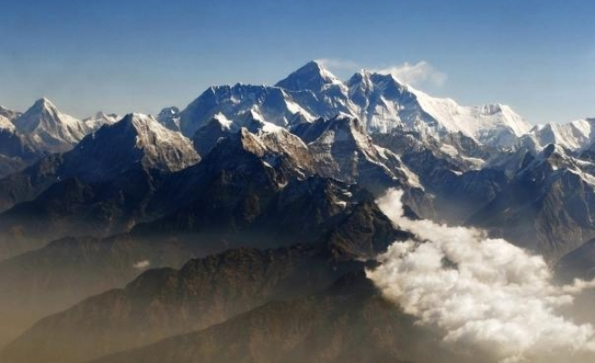 Everest braces for record number of summit attempts
