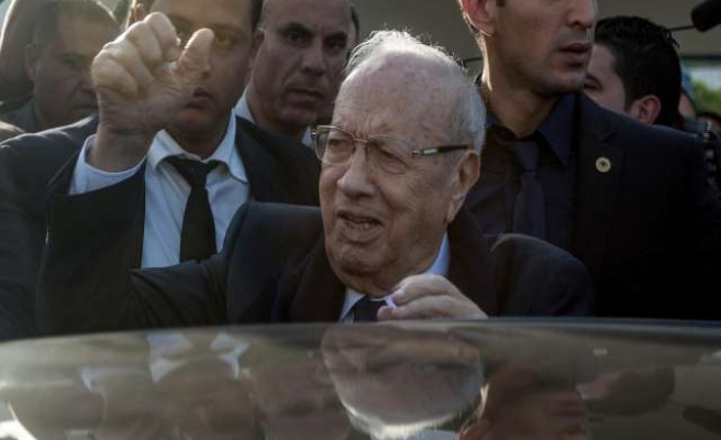 Tunisia's Essebsi wins first presidential round, heads for run-off