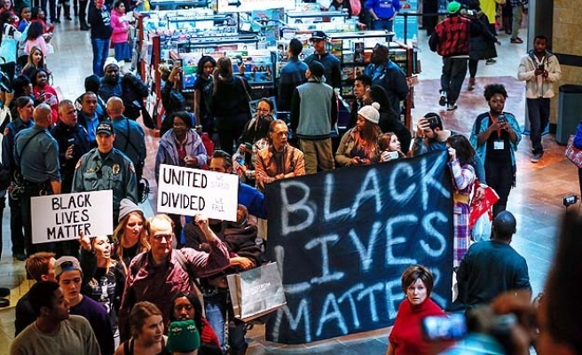 Ferguson protests spread, mall closed on Black Friday