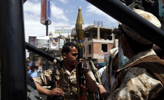 2 soldiers injured in central Yemen blast