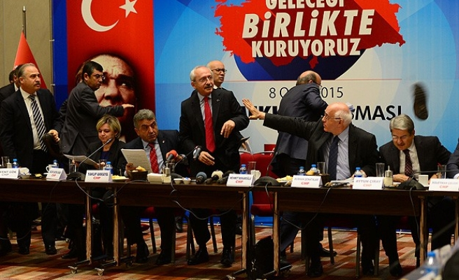 Angry man throws shoe at Turkey's main opposition leader