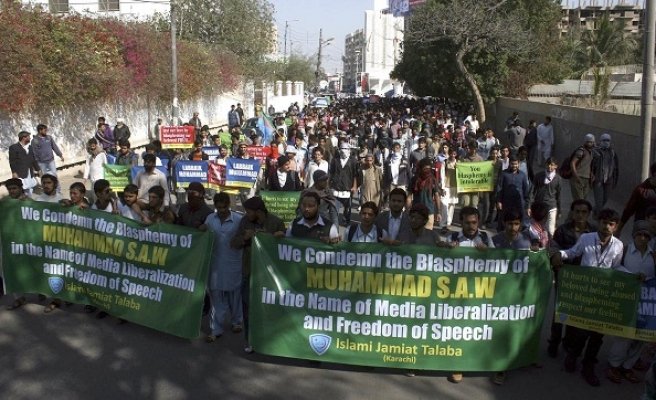 Pakistan police clash with Charlie Hebdo protesters