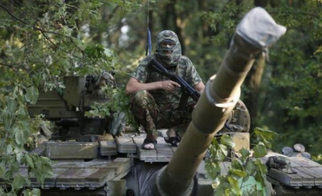 Deaths shake Ukraine truce, Poroshenko wary of Russia threat