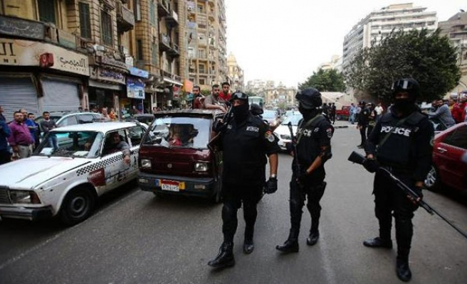 Blast wounds eight police in Cairo