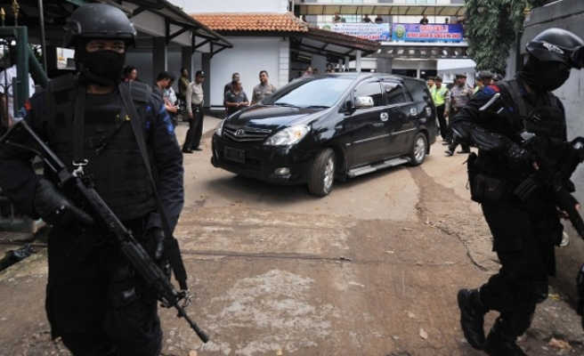 Blast outside Indonesian church injures 4