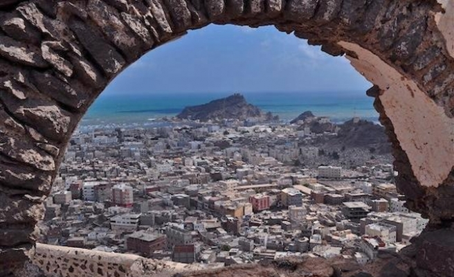 Unidentified troops land in Aden after Houthis seize centre